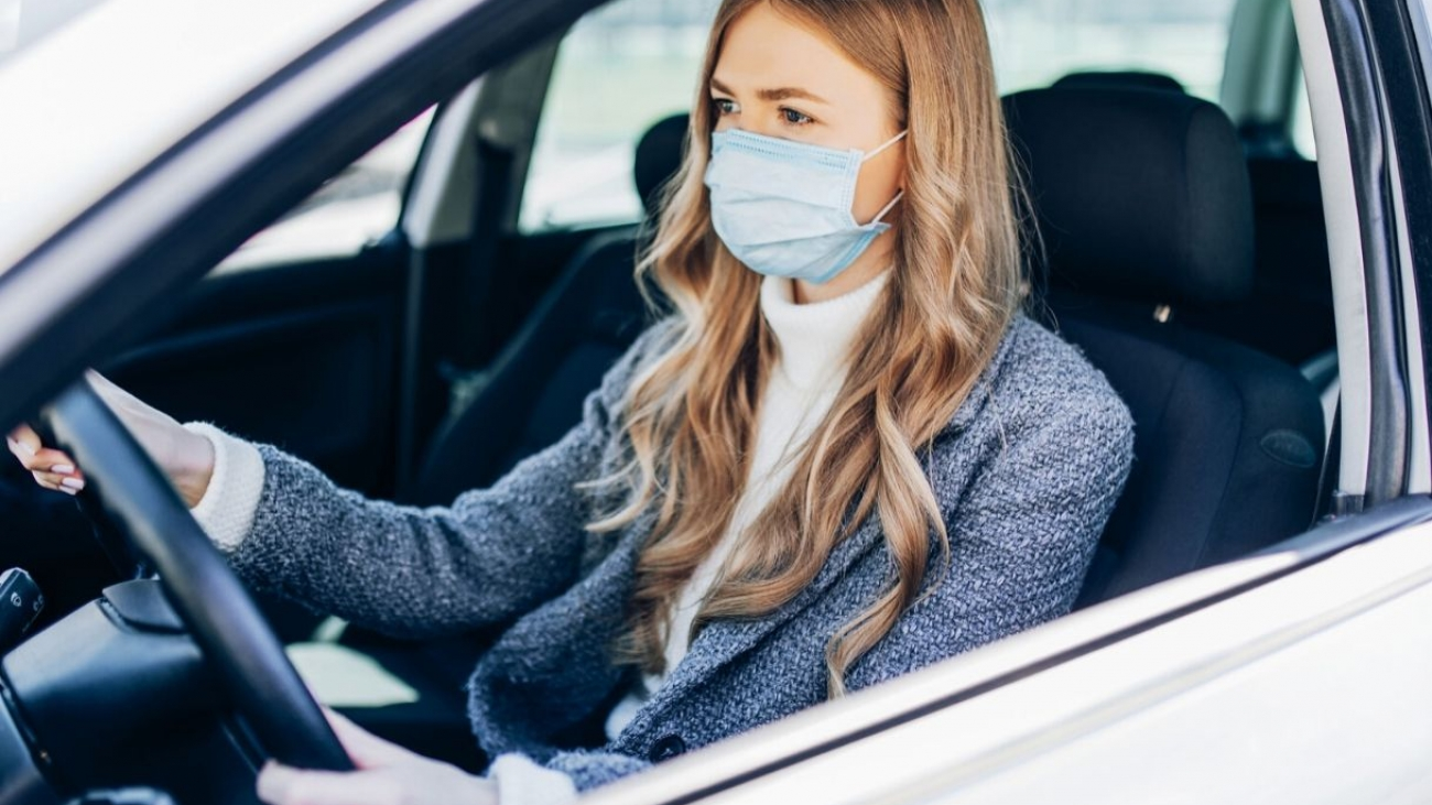 mascherina chirurgica in auto